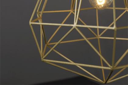Symbole du style industriel, de la tendance loft et des grands espaces. Zoom sur la suspension en métal ! www.soodeco.fr