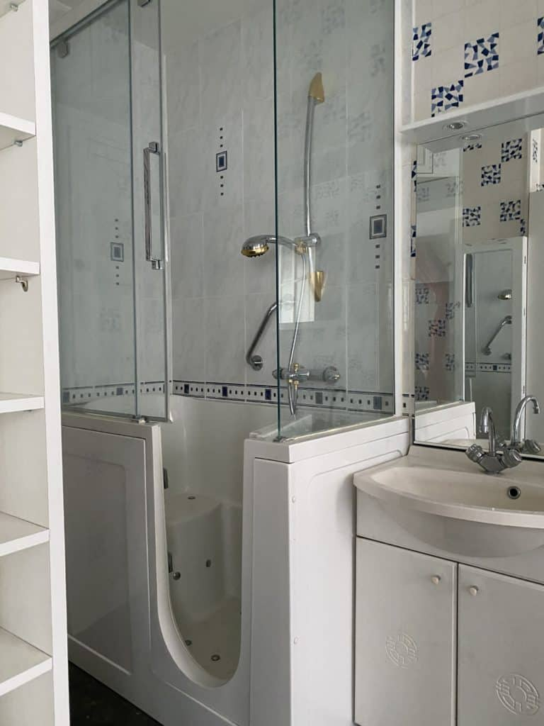 Salle de bain baignoire handicapée