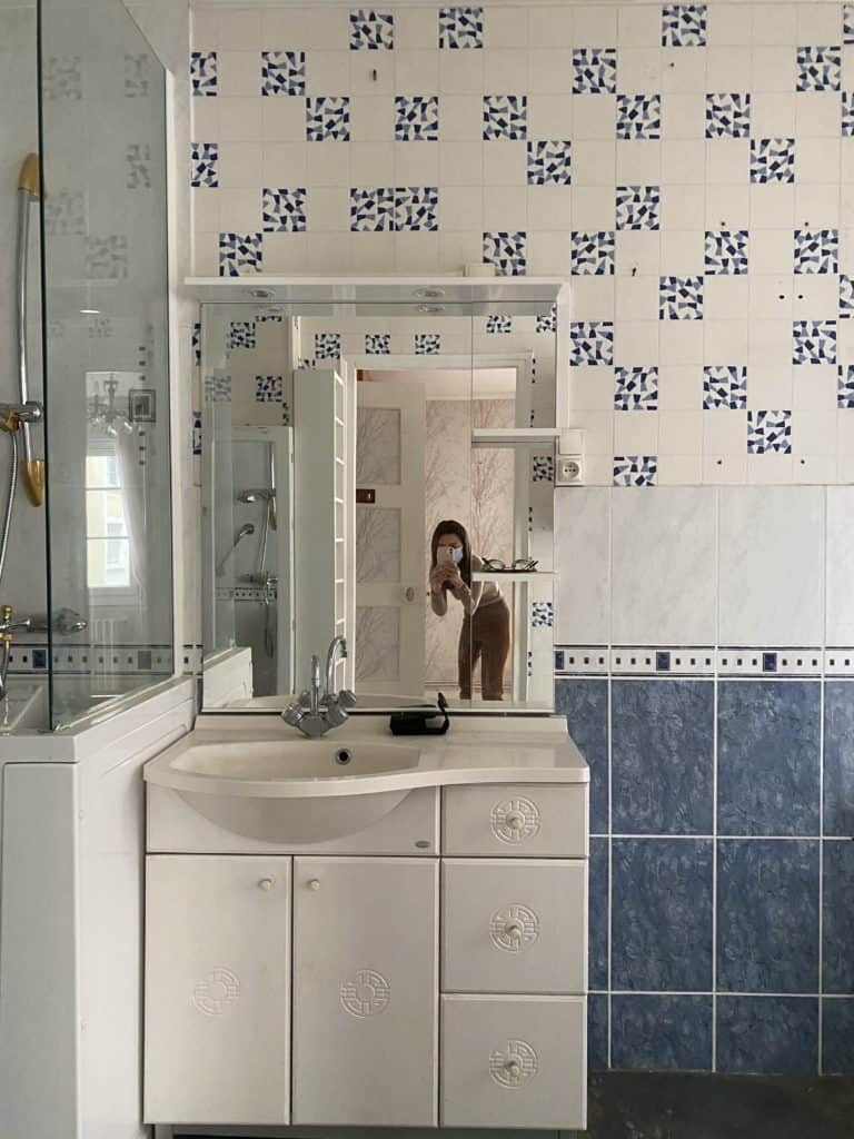 Salle de bain ancienne meuble simple vasque à changer papier peint mural