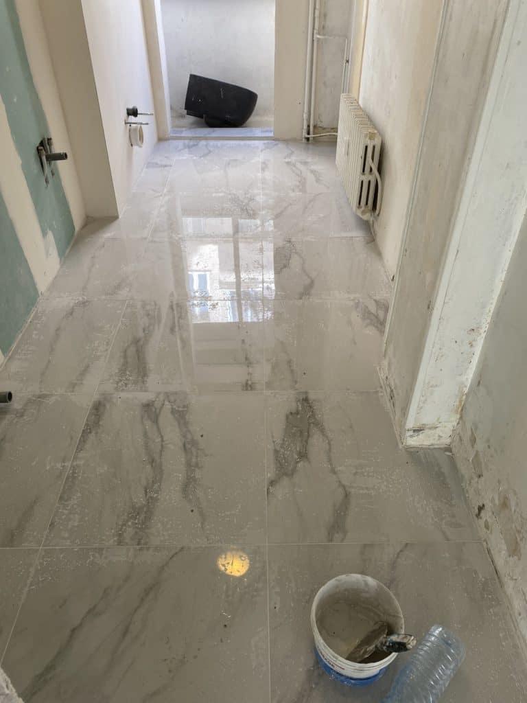 Salle de bain carrelage marbre blanc 60 x 60 cm