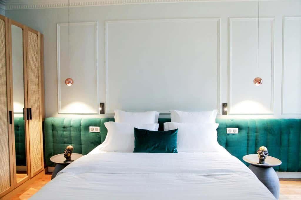Chambre tête de lit velours armoire rotin tables de chevet et coussin velours vert