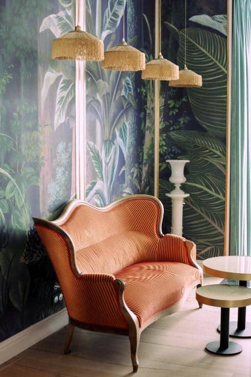 Hôtel Singulier Bordeaux hall entrée canapé orange papier peint tropical table basse marbre blanc