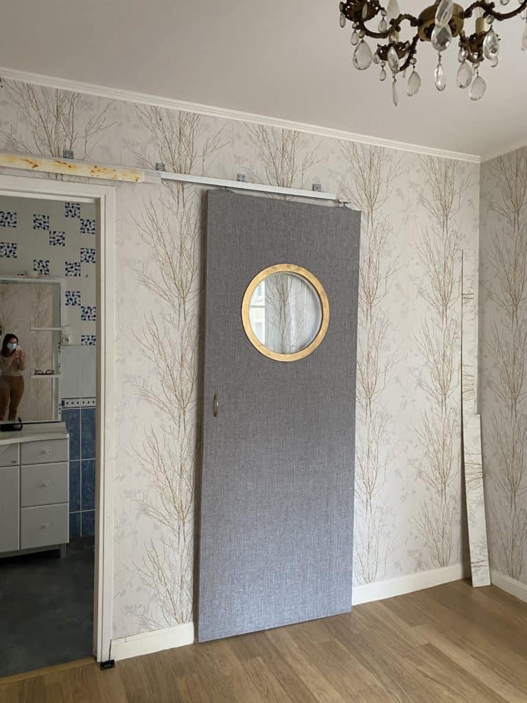 Chambre rénovation papier peint mur parquet abimé passage salle de bain porte hublot