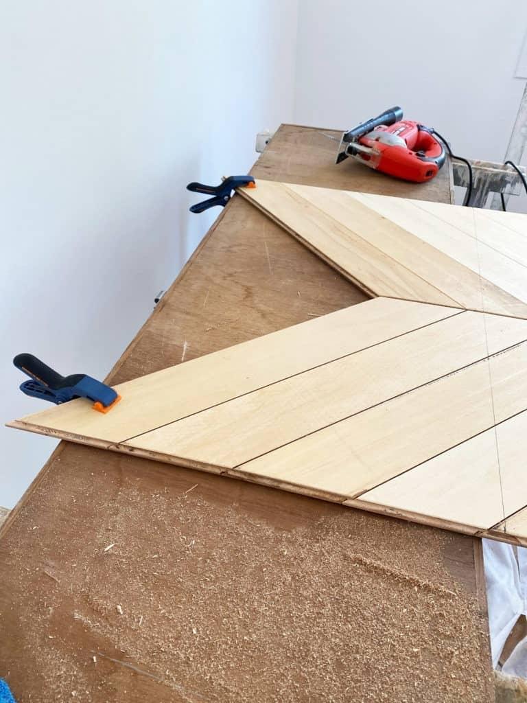 Coupe parquet chervon triangle première ligne