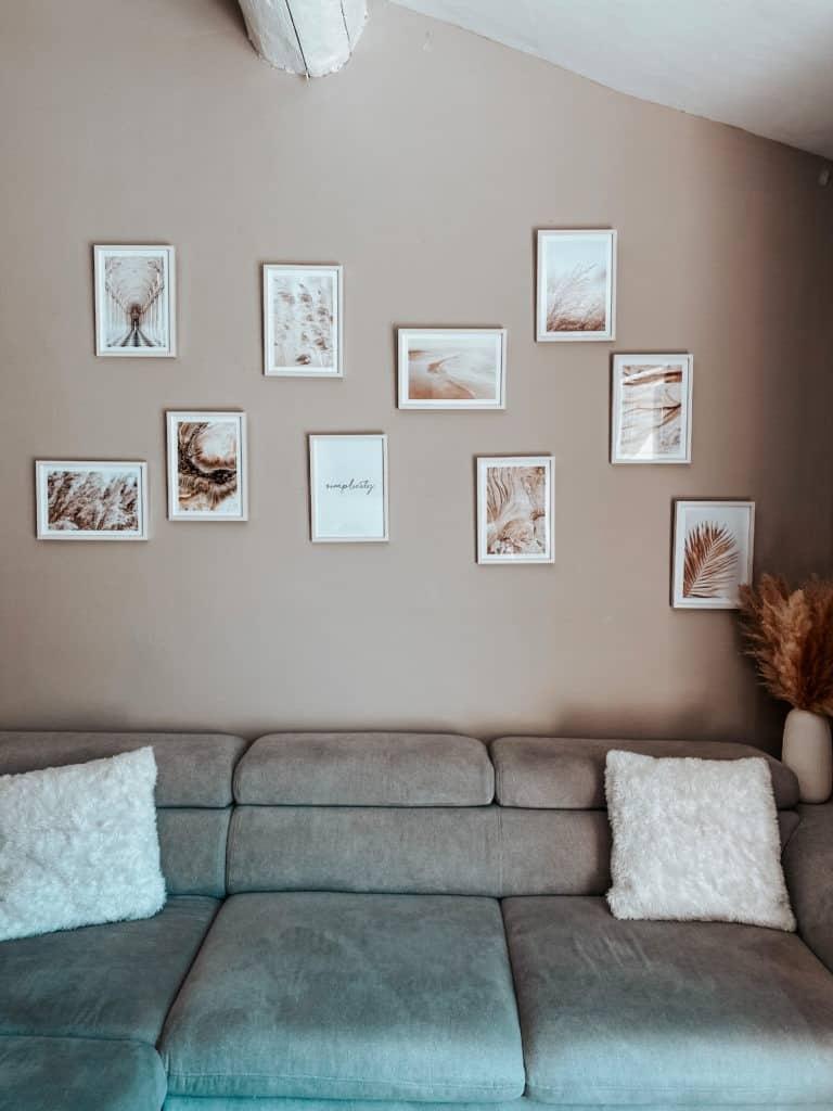 Mur de cadres teintes beige et naturelles