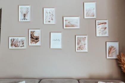 Mur de cadres beige composition salon air de vacances