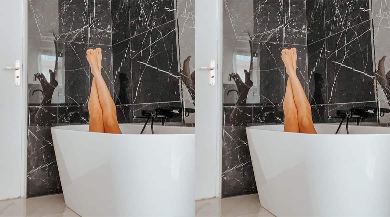 Baignoire semi-ilot salle de bain marbre blanc et marbre noir rénovation