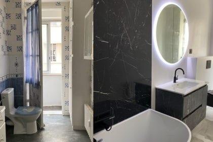 Avant après salle de bain parisienne rénovation marbre noir marbre blanc