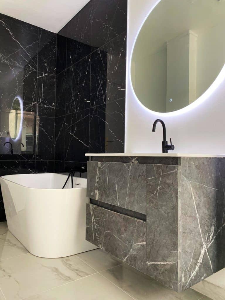 Meuble simple vasque marbre noir suspendu salle de bain