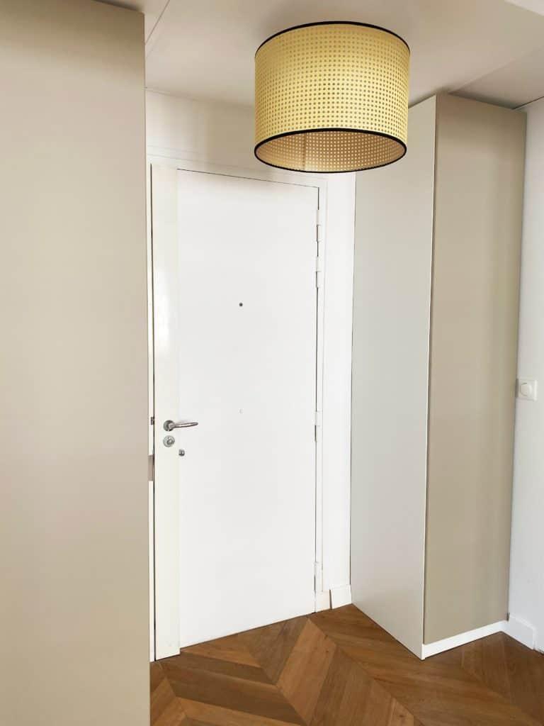 Aménager petite entrée placards haut suspension rotin plafond