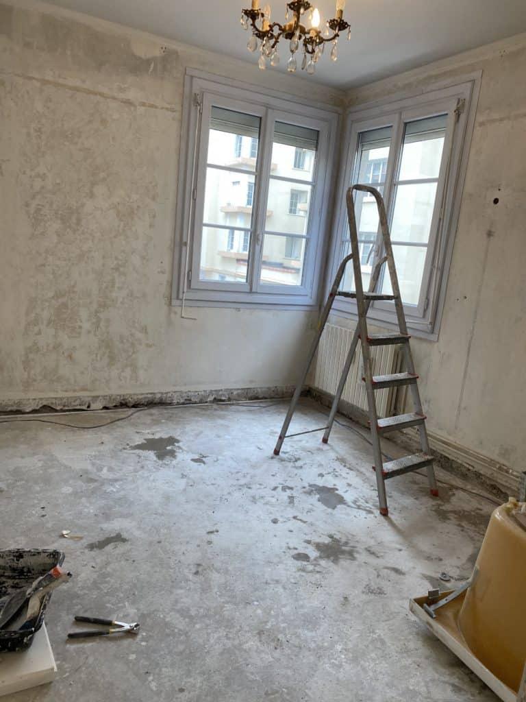 Chambre murs enduits rénovation appartement parisien sol dalle de béton