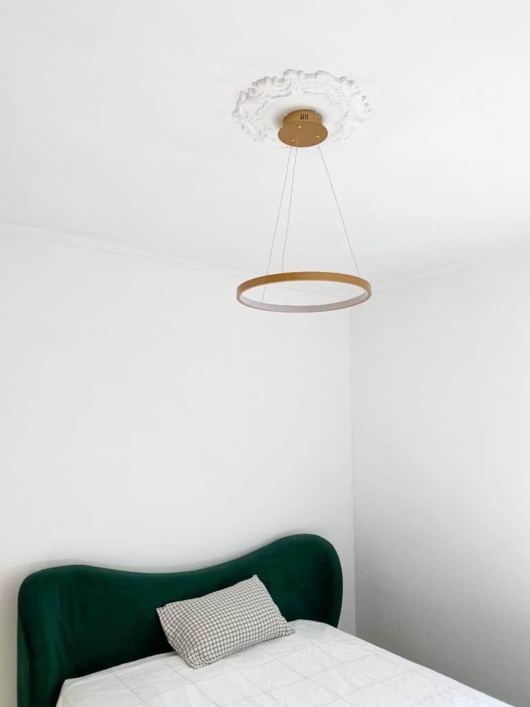 Chambre adulte lit velours vert moulures plafond