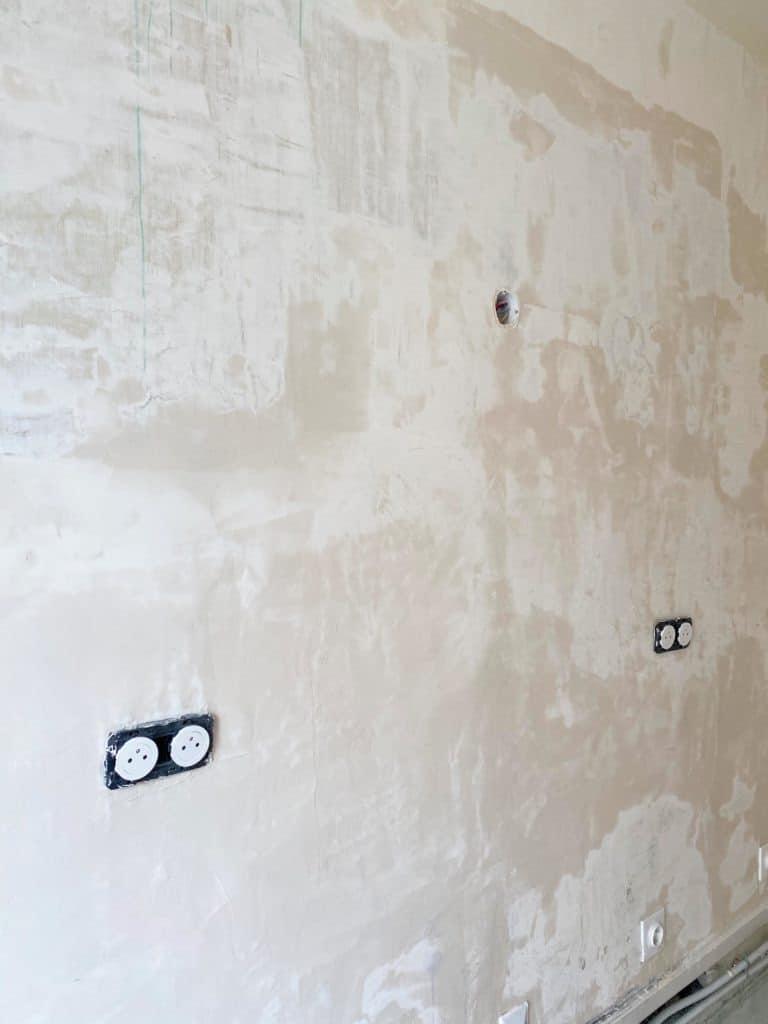 Focus mur enduit totalement cuisine rénovation
