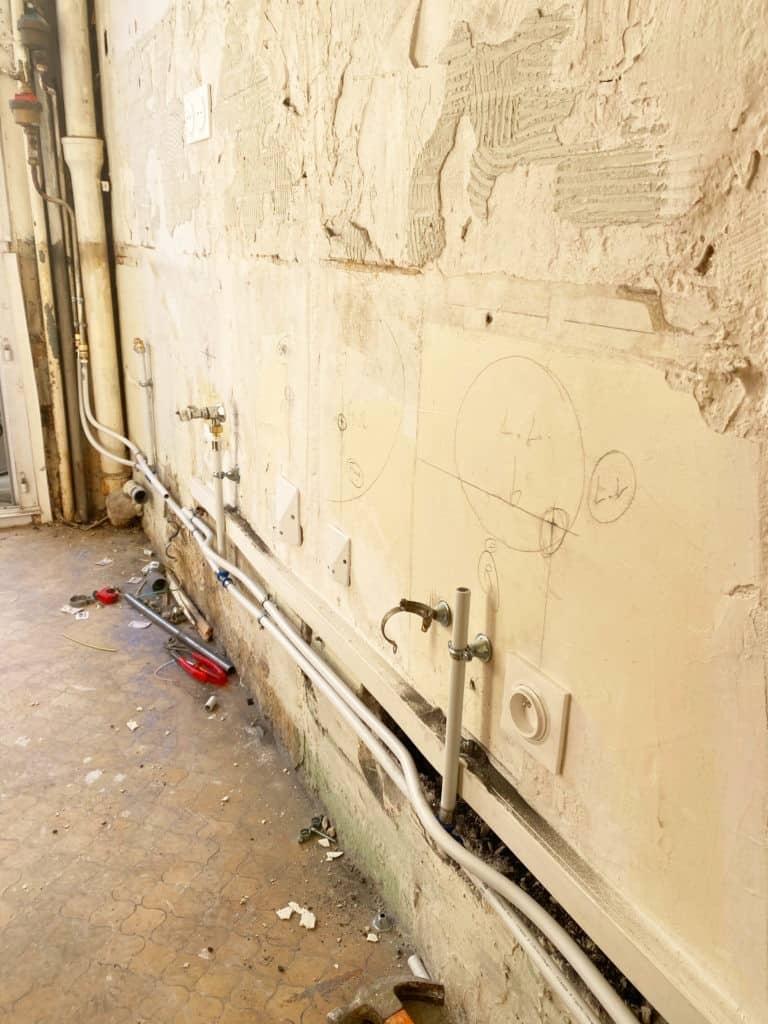 Plomberie cuisine en cours de rénovation murs abimés