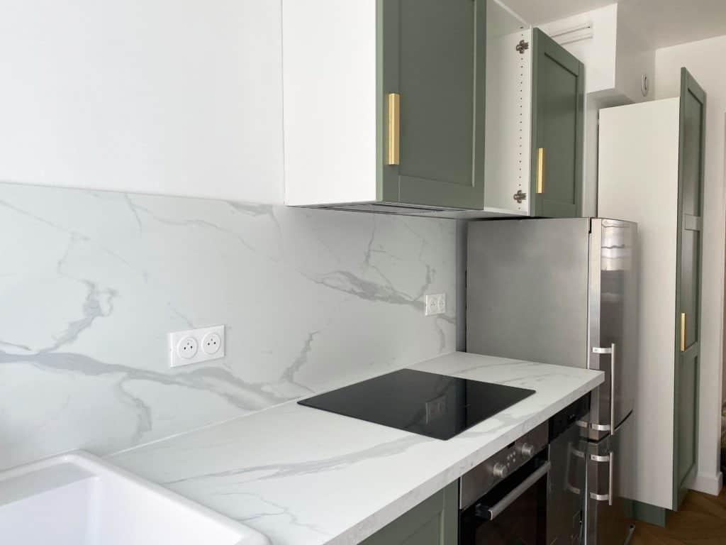 Cuisine rénovée verte blanche et dorée plan de travail marbre