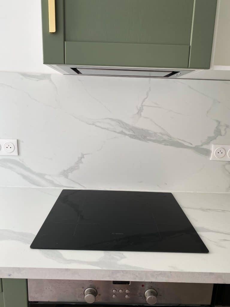Cuisine verte plan de travail marbre blanc hotte encastrée