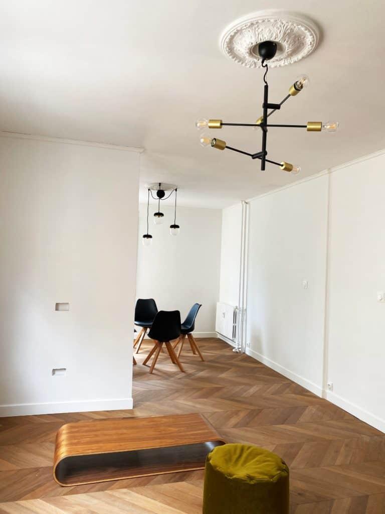 Salon salle à manger enfilade parquet chevron luminaires suspension