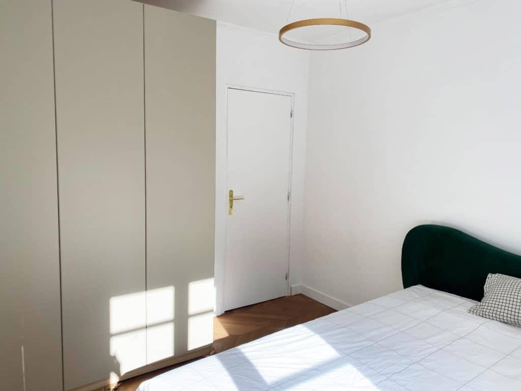 Chambre tête de lit velours vert suspension dorée armoire ikea pax