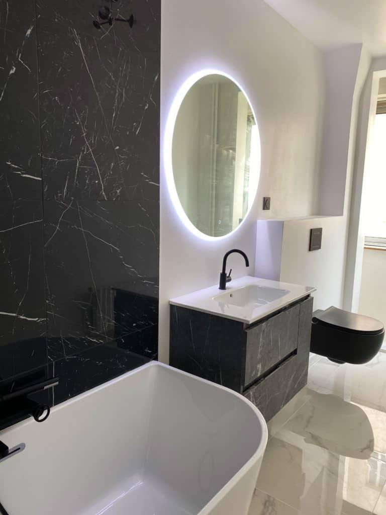 Salle de bain minimaliste carrelage marbre noir mur carrelage marbre blanc sol