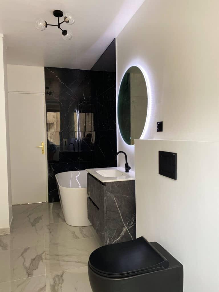 Salle de bain noire et blanche décoration moderne baignoire semi-ilot