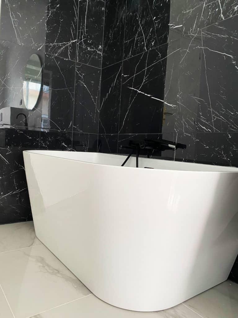 Rénovation salle de bain parisienne baignoire semi-ilot