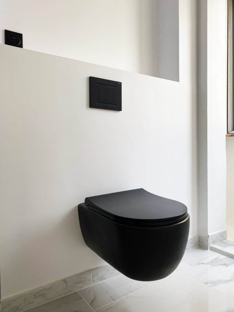 WC suspendus noirs mat avec plaque de commande noire