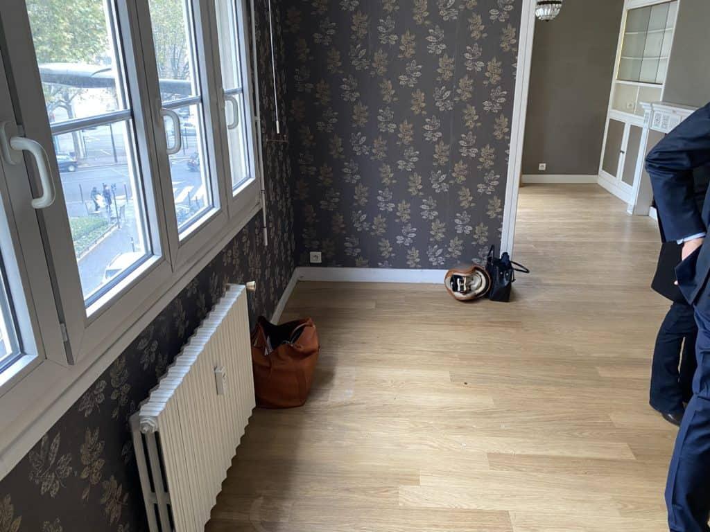 Salon papier peint mur avant rénovation www.soodeco.fr/